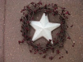 STW4 - Vine Wreath with white star and berries